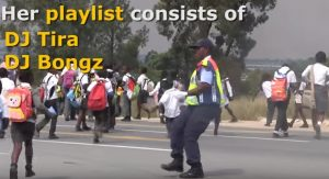 Poliziotta sudafricana balla all'incrocio: VIDEO diventa virale