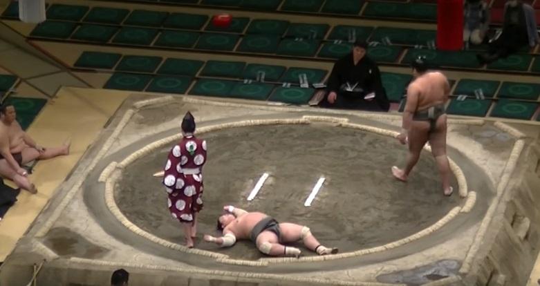 YOUTUBE Sumo, avversario ko dopo un solo colpo