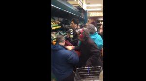 Verdura in offerta: ressa e spintoni al supermercato