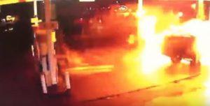 Suv prende fuoco e si schianta contro pompa di benzina