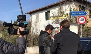 Gabriel Garko colpisce Valerio Staffelli con l'auto...non vuole il Tapiro d'oro