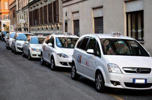Roma, lite per una cliente: tassista trascinato per 3 km da Ncc