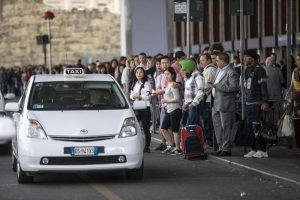 """Sciopero Taxi 23 marzo, Virginia Raggi: """"Mi appello a vostro senso civico"""""""