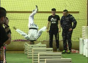 YOUTUBE Spacca 111 mattoni con la testa: il record del campione di taekwondo