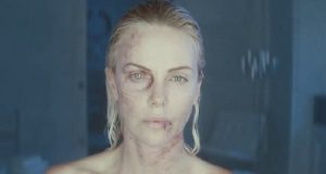 Charlize Theron si frattura tre denti sul set di Atomic Blonde