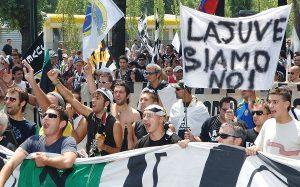 Juventus, pullman di tifosi accerchiato dai napoletani con mazze e spranghe