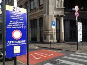 Parcheggi strisce blu in base al reddito, idea M5S. Appendino comincia da Torino