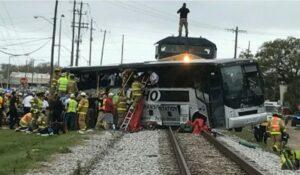 YOUTUBE Treno travolge bus a Biloxi: almeno 3 morti e 50 feriti tra le lamiere