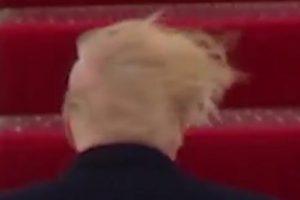 Parrucchino di Trump mosso dal vento, VIDEO diventa virale