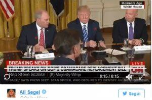 Ossessione Donald Trump: perché sposta gli oggetti davanti a sé? VIDEO