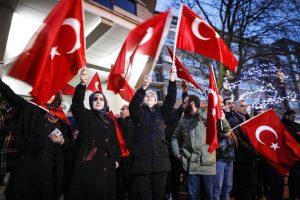 Turchia, rappresaglia sui migranti. Nato e Ue chiedono moderazione, Olanda scuse