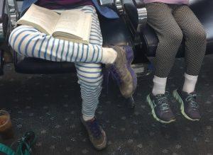 United Airlines, negato imbarco per leggings a due ragazze: polemica in Rete