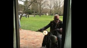 "Gianluca Vacchi entra in casa con l'Harley: ""Is in da house"" VIDEO"