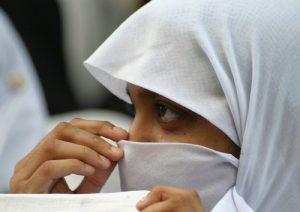 Velo islamico, diciamola tutta: al lavoro si può vietare anche la croce