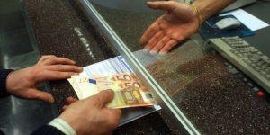 Versa sul suo conto 7600 euro, ma per 2 zeri in più finisce a processo