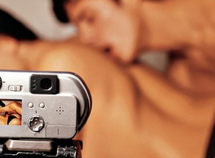 Roma, fa rubare al figlio i video a luci rosse dell'amante del marito