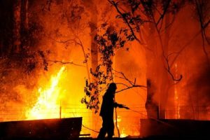 Milano: incendio in una baracca, morta una donna, ustionato un uomo