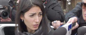 Virginia Raggi contro chi rovista nei rifiuti: in arrivo divieti e multe a Roma