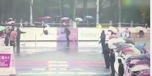 Wuxi Maraton, sbagliano strada e vanno nel parcheggio: e il terzo...