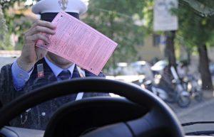 Vacanze sicure, controlli sui pneumatici: si rischiano multe fino a 1000 euro