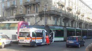 Milano, autobus sperona un tram e lo fa deragliare: 12 feriti