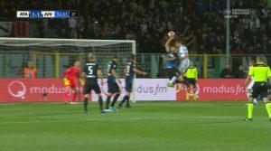 Rigore negato alla Juve, netto fallo con la mano di Toloi (immagini Sky Sport)
