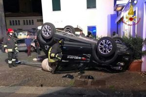 Camposampiero, schianto fra tre auto: una finisce sottosopra fuori dal locale