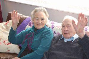 Una vita passa insieme, moglie e marito muoiono a 4 minuti di distanza