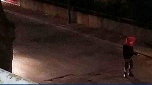 Senigallia, si infila busta in testa e attraversa la strada: la nuova roulette russa