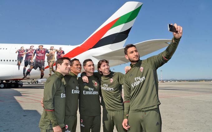 Fly Emirates omaggia Milan: cinque giocatori sulla livrea di un aereo 2