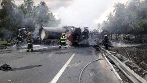 YOUTUBE Bus turistico si schianta contro autocisterna: strage in Messico, 24 morti