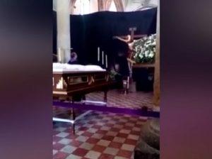 YOUTUBE Statua Gesù muove la testa? In Messico si grida al miracolo