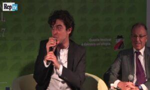 """Riccardo Scamarcio contro il pubblico: """"Ma che caz... vi applaudite?"""" VIDEO"""
