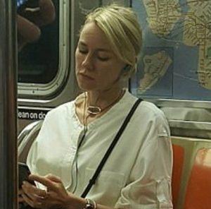 Naomi Watts fotografata in metro. La sua risposta è sorprendente FOTO