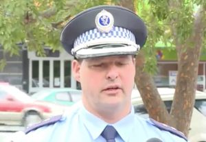 YOUTUBE Arresto in diretta tv: poliziotto interrompe l'intervista per fermare un uomo