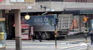 """Stoccolma, camion contro la folla: 3 morti. Testimoni: """"Attacco terroristico"""" FOTO"""
