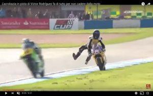 YouTube, Víctor Rodríguez acrobazia per non cadere dalla moto