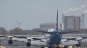 YOUTUBE Aereo rimbalza sulla pista dell'aeroporto di Schiphol