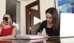 """VIDEO Michelle Hunziker e Aurora Ramazzotti: lo sketch della mamma """"rompi..."""""""