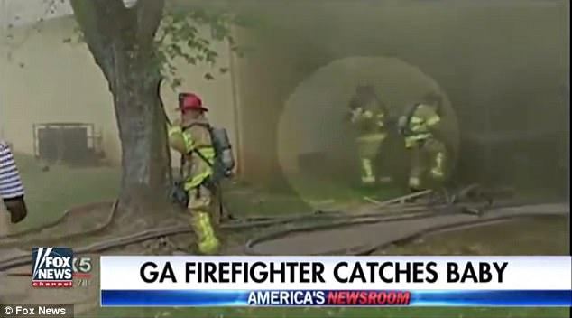Vigile del fuoco afferra bambino che si lancia dalla finestra della casa in fiamme