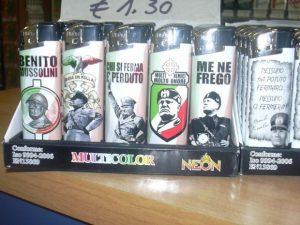 Jesolo |  vende accendini di Hitler e Mussolini |  stranieri aggrediscono tabaccaio