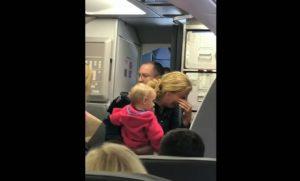 YOUTUBE American Airlines, steward accusato di aver colpito mamma con bambino