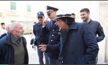 Albano Carrisi a San Severo (Foggia) per il 25 aprile discute con l'anziano