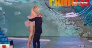 Stefano Bettarini solleva Alessia Marcuzzi, la gonna però è troppo corta... VIDEO