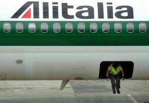Alitalia, gli avvoltoi annusano l'affare. Lufthansa? Sì ma con taglio di 9mila dei 12mila dipendenti
