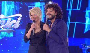 """Amici, Ambra Angiolini accoglie l'ex Renga: """"Maria apri la busta...anzi, no"""""""