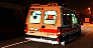 Chiamano ambulanza, il paziente la ruba e scappa in autostrada: fermato dopo 150 km