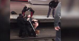 Non vedente cade sui binari e si rompe gamba: passeggeri lo salvano