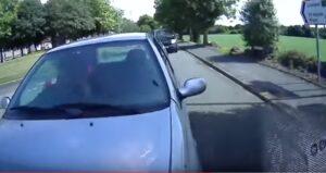 Manda sms al volante e tampona l'auto della scuola guida