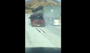 Auto incastrata sotto tir: autista non se ne accorge e si ferma dopo 6 km